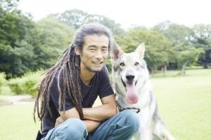 男性と愛犬のサーロスウルフハウンド
