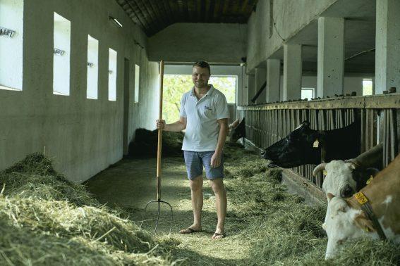 牛舎の中にいるオーバーアイゼンブフナー・フランツさん