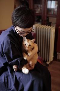 愛猫を抱える女性